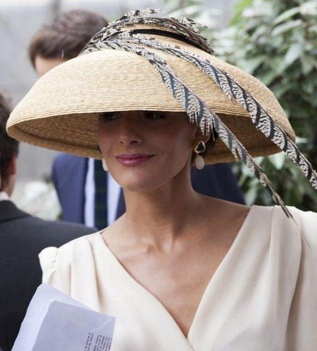 1ce55ba7a4389 Invitadas elegantes y... con sombrero de rafia!