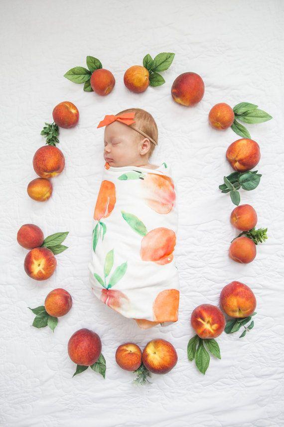 Ähnliche Artikel wie Bio-Baumwolle swaddle Decke in süßer Pfirsich, Aquarell Pfirsiche auf Etsy