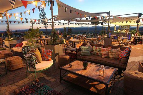 Una Terraza De Verano Con Muebles Vintage Gardens