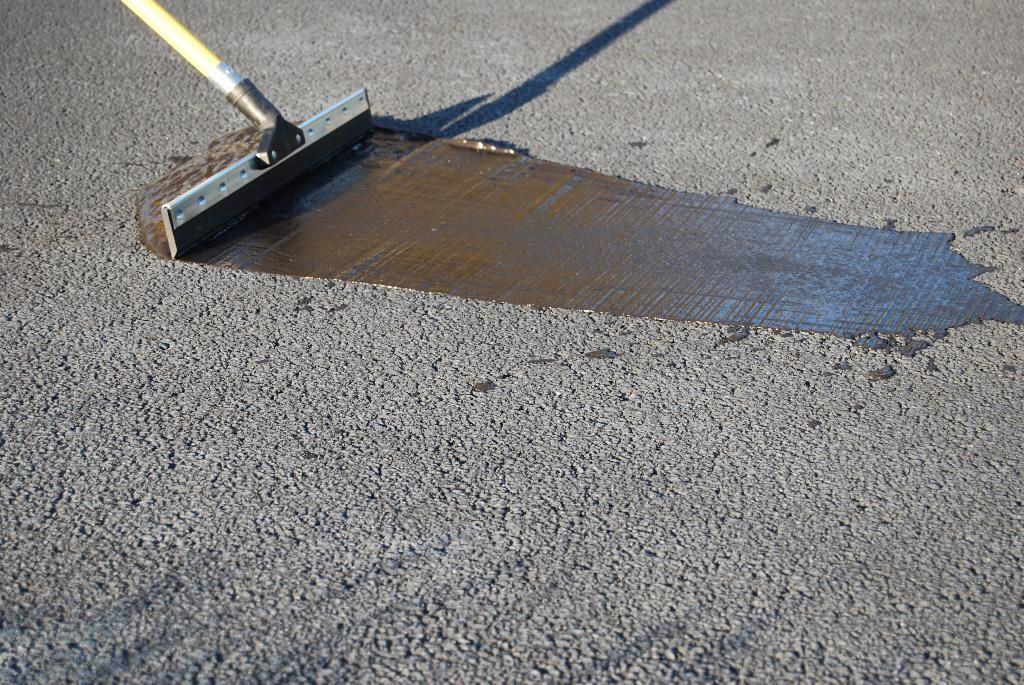 Driveway Sealer There Are Two Types Of Sealant Water Based And Coal Tar Coats Are Ideal For Repelling Motor Oil And Driveway Sealer Driveway Asphalt Driveway