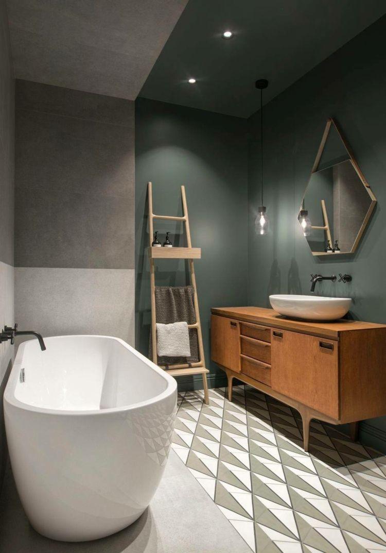 Diese Zeitgenössische Wohnung Paart Gekonnt Farben Und Materialien! Dunkle Wandfarbe  Badezimmer Freistehende ...
