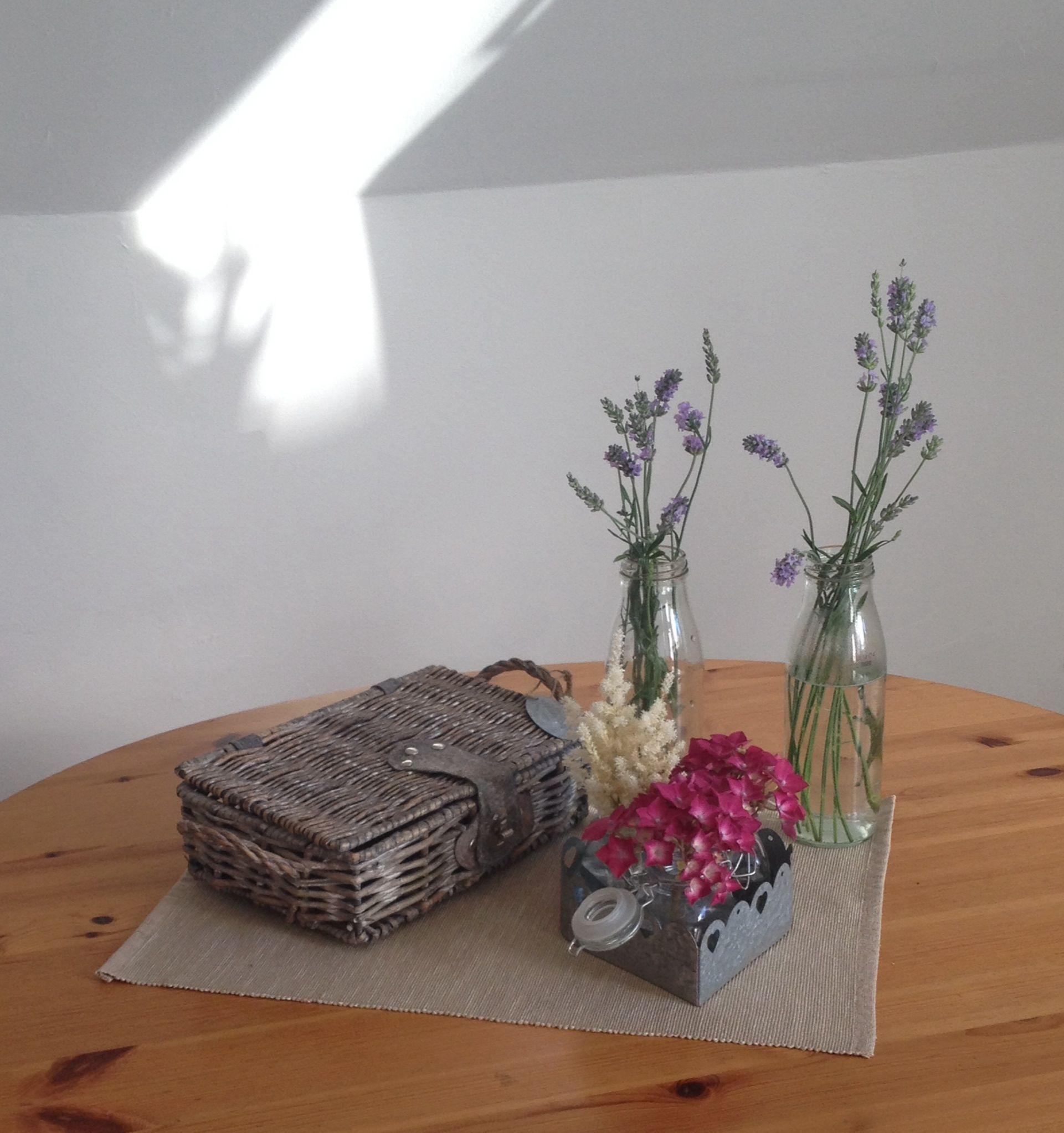 Deko ein bisschen Altglas und ein paar Blumen aus dem Gärten und fertig ist die Tischdeko
