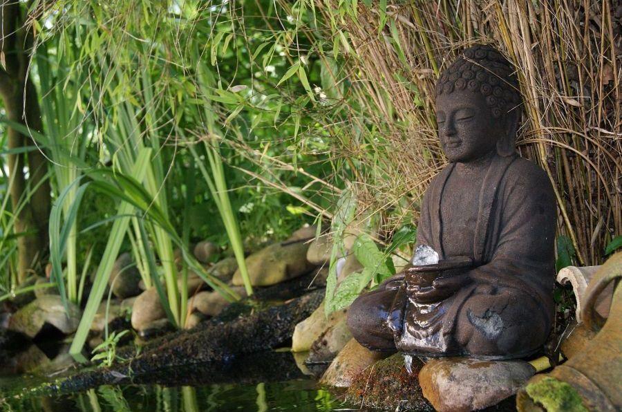 install e au bord d 39 un bassin naturel cette fontaine en forme de bouddha apportera un esprit. Black Bedroom Furniture Sets. Home Design Ideas