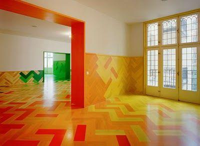 Projeto transforma apartamento: piso em taco supercolorido.