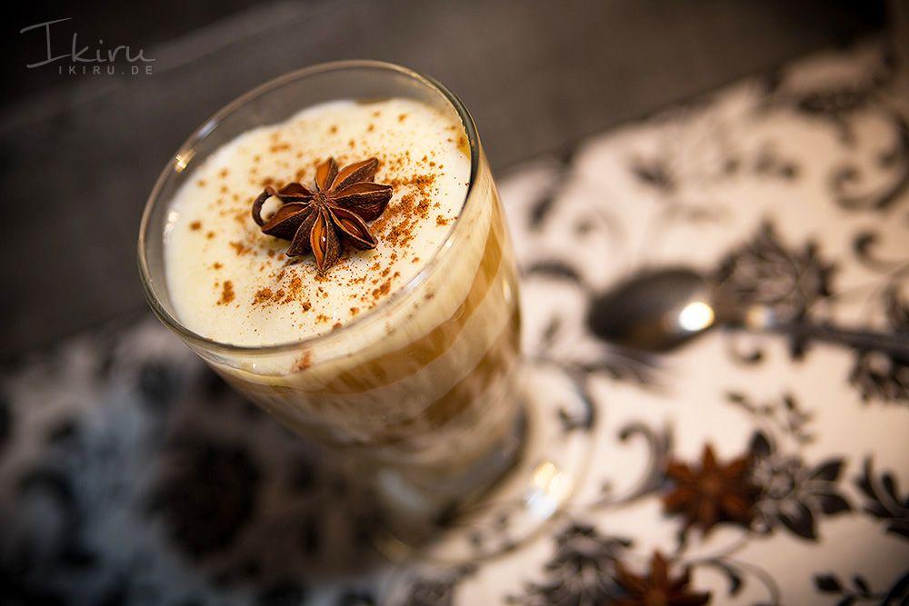 Der perfekte Nachtisch für die kalte Jahreszeit: abwechselnd mit Apfelmus in ein hübsches Glas geschichteter Griesbrei, bestreut mit etwas Zimt...