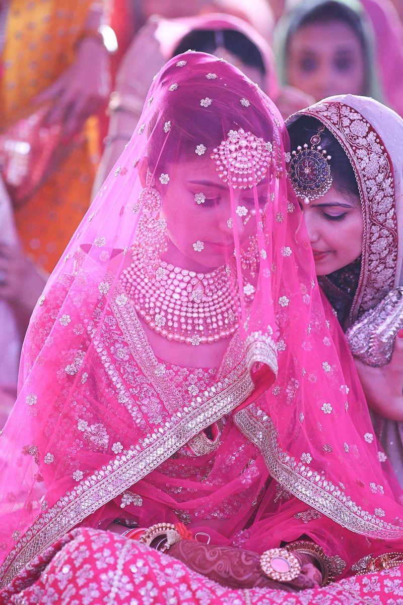 Kiran & Arjun Wedding Photo | Trajes indios, Hindus y Color rosa
