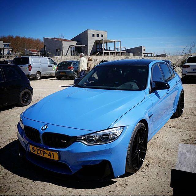 Blauwe lucht met blauwe #BMW #M3!  Foto door @luxury_carspotting