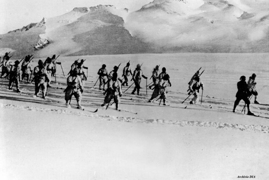 Alpini italiani sulle nevi della vetta del Mandrone (Adamello) fotografati nel 1916. Archivio DIA. #StorieIGM