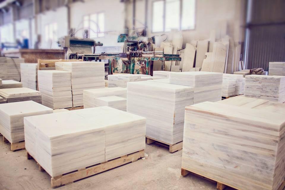 Gran variedad de solería en Blanco Macael en nuestras instalaciones
