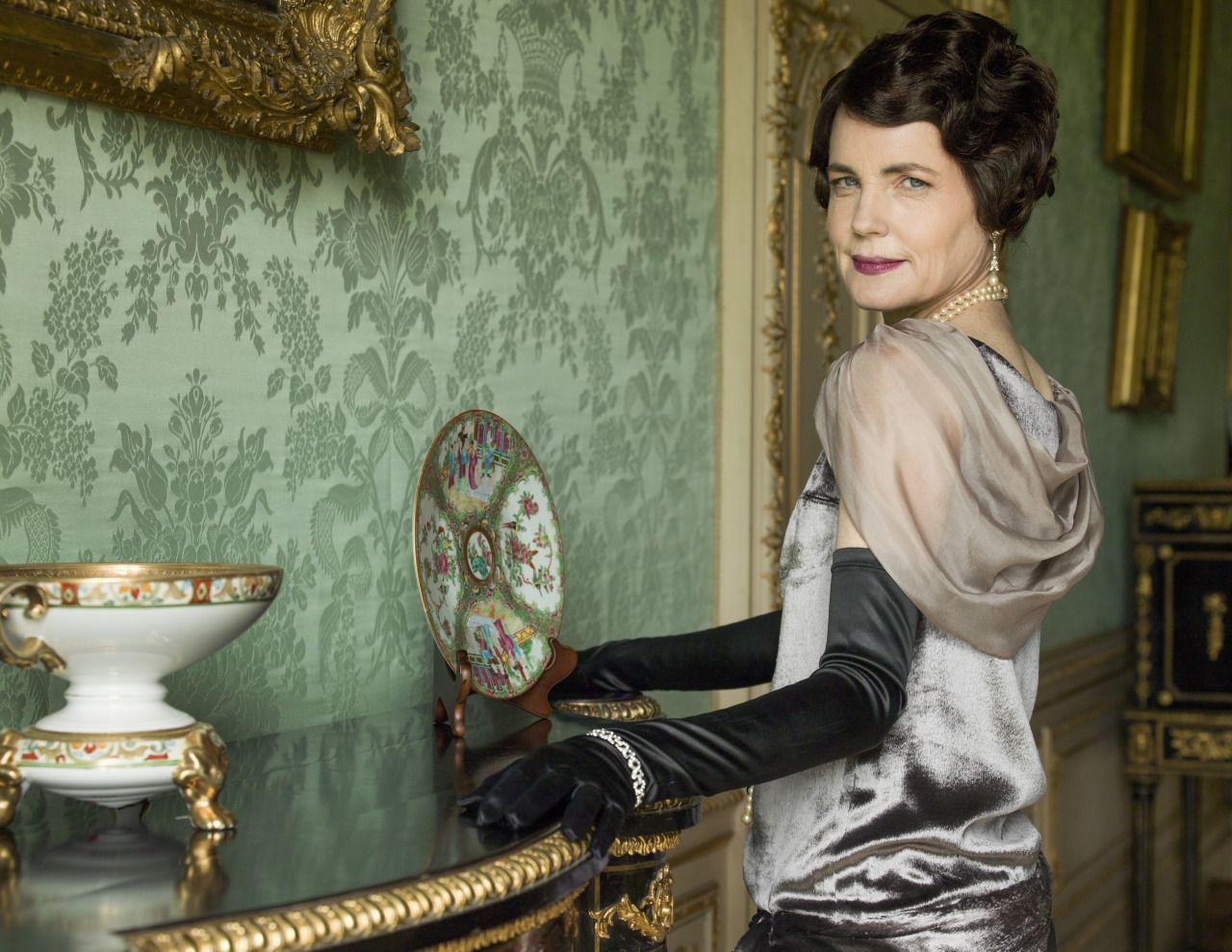 Elizabeth McGovern wearing opera gloves in Downton Abbey ...