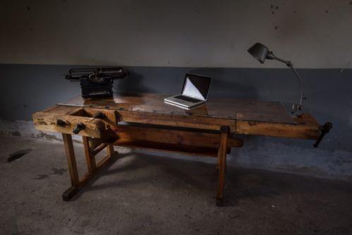 design schreibtisch aus einer hobelbank mit glasplatte zuk nftige projekte pinterest. Black Bedroom Furniture Sets. Home Design Ideas
