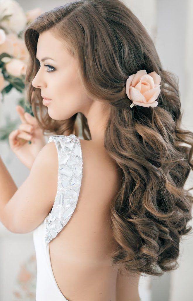 Braut haarschmuck offene haare  offene Haare mit Locken und pfirsichfarbenes Rose-Accessoire ...
