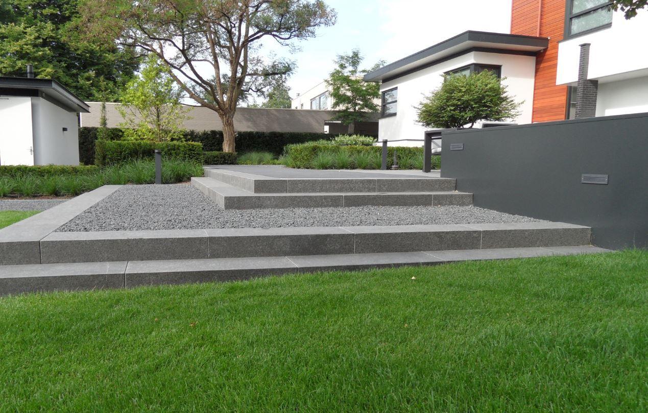 Strakke tuin moderne tuin gras traptreden grind grijs