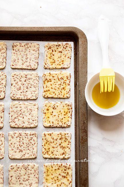 Pennellare la superficie dei CrakersRicetta Crackers senza lievito