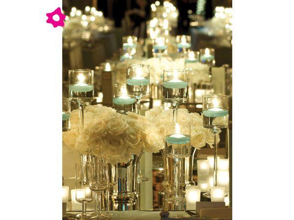 Velas azules con arreglos florales blancos para el centro for Arreglos florales para boda en jardin
