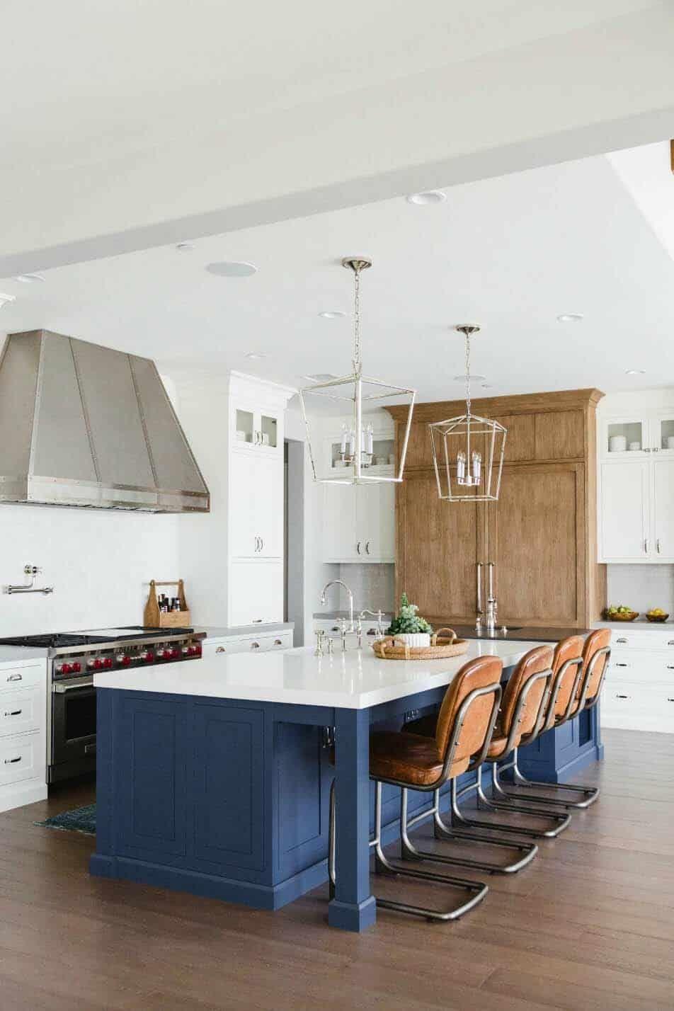 Beautifully Designed Modern Farmhouse Beach House In San Diego Modern Farmhouse Kitchens Kitchen Cabinets Decor Modern Kitchen