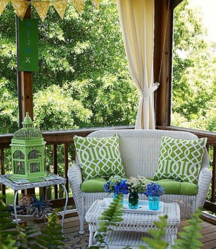 1001 ideen zum thema schmalen balkon gestalten und einrichten sitzbank wei gr ne kissen und. Black Bedroom Furniture Sets. Home Design Ideas