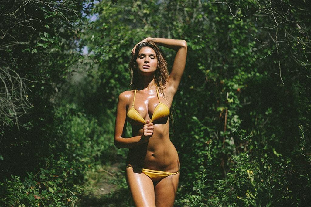 """Die wunderschöne Juliana Provenzano ist Teil von Yume Mag's neuester Ausgabe """"Time for a Vacation, Columbia"""". Die sonnendurchflutete Strecke wurde..."""