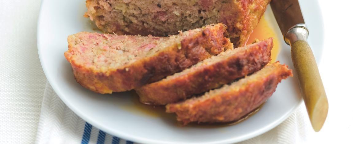 1. Do pánve dám nadrobno nakrájenou slaninu a nechám ji opražit, až pustí tuk. Pak přidám cibuli a obojí smažím, aby cibule zesklovatěla. Dávám přitom...