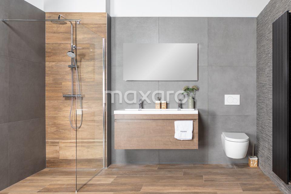 Moderne Badkamer Met Keramisch Parket Houtlook Tegels Grote Antracietkleurige Tegels En Steenstrips Badkamer Badkamer Houtlook Badkamerideeen