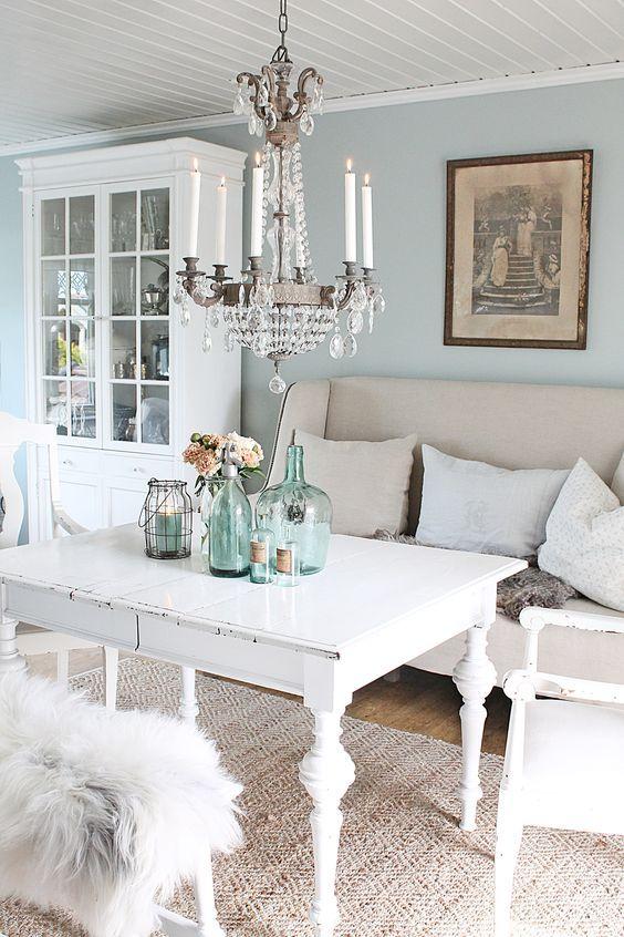 salon shabby chic decoration table et chaises blanches mur couleur bleu pastel lustre lgant decoration de table bouteilles en verre vaisselier blanc