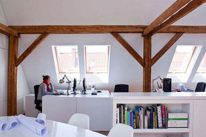 Atelier op zolder houten balken zolder werkkamer