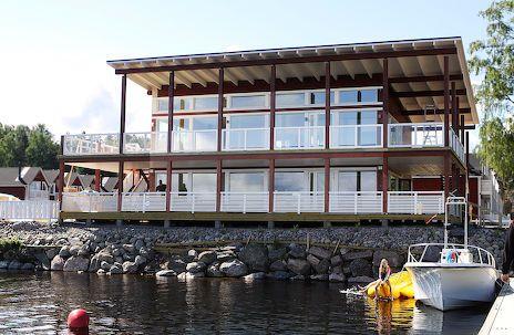 näin suomessa ,moukat saavat rakentaa liian lähelle saimaata ravintolan, näkyisi se järvimaisema kauempaakin.