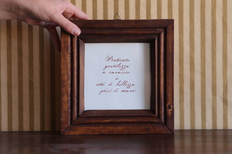 Frasi Amore Quadro.Quadro Scritto A Mano Calligrafia Regalo Arredamento Da Appendere Gentilezza Bellezza Frase Amore Home Decor Motivazion Wood Colors Brick Colors Frame