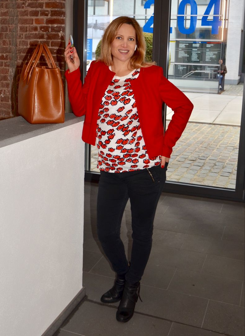 55534a0b221 The stylish jacket by Alexandra Zanders in red works for every business  dress code - from formal to casual! Here with a blouse by Margittes and  black ...