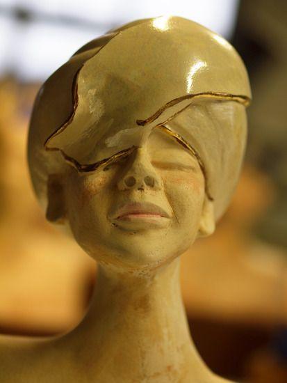 Marianne Ouwendijk - vrouw met hoed van parelmoer