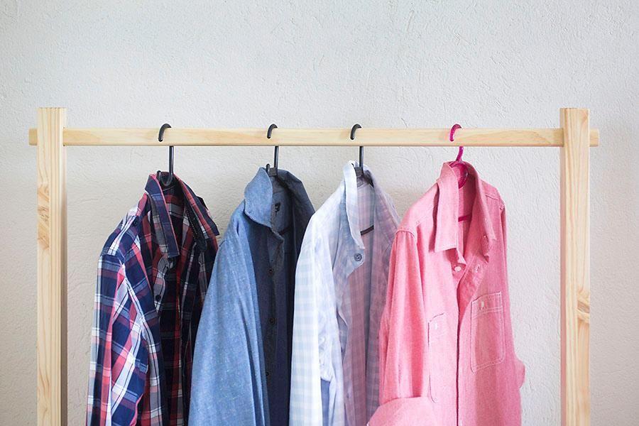 Além de ser ótima para espaços pequenos, a arara evita que as roupas amassem e ainda deixa tudo ao alcance das mãos.