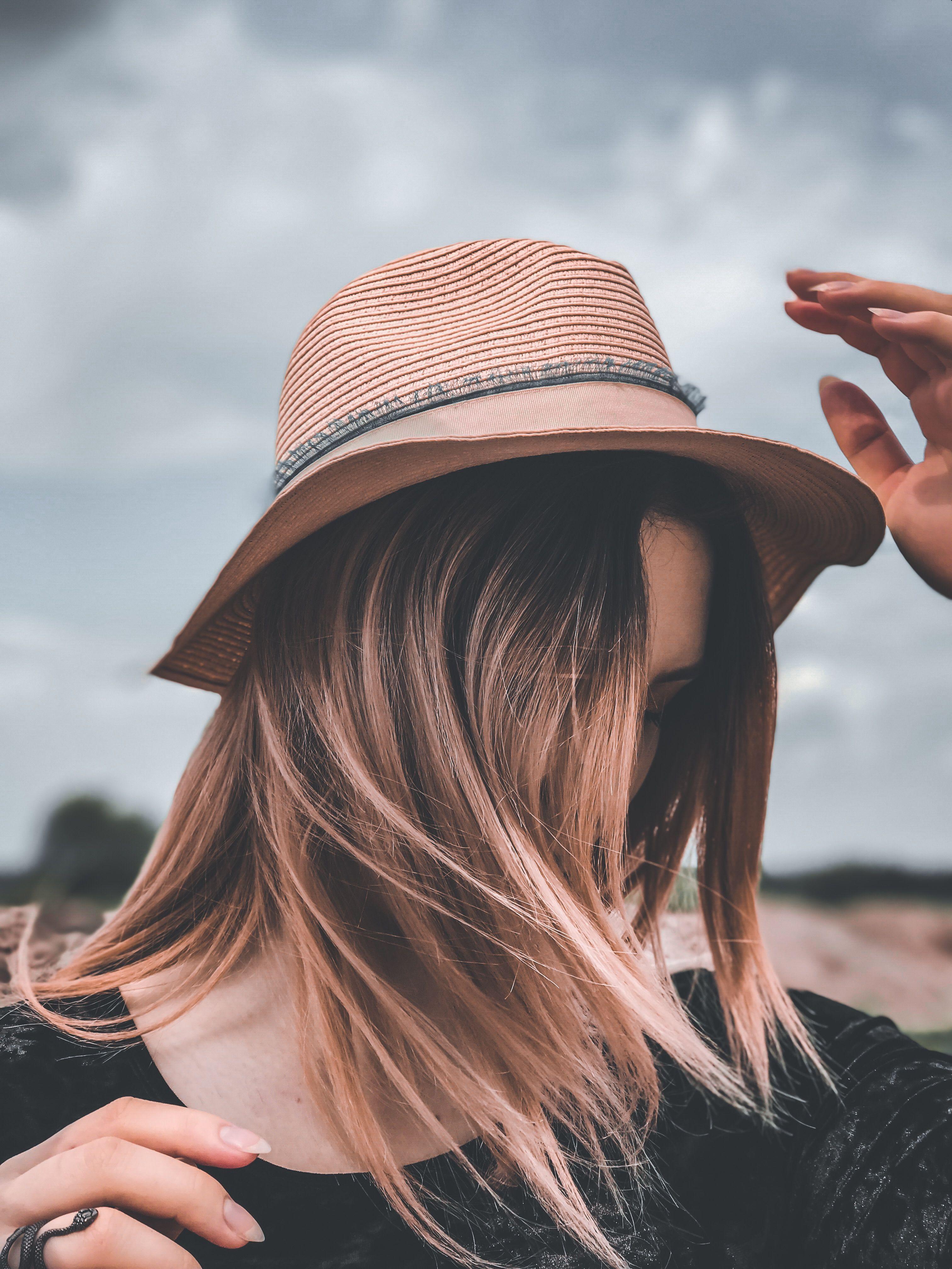 Девушка в шляпе красивая стоит в поле в червонограде зовут ...