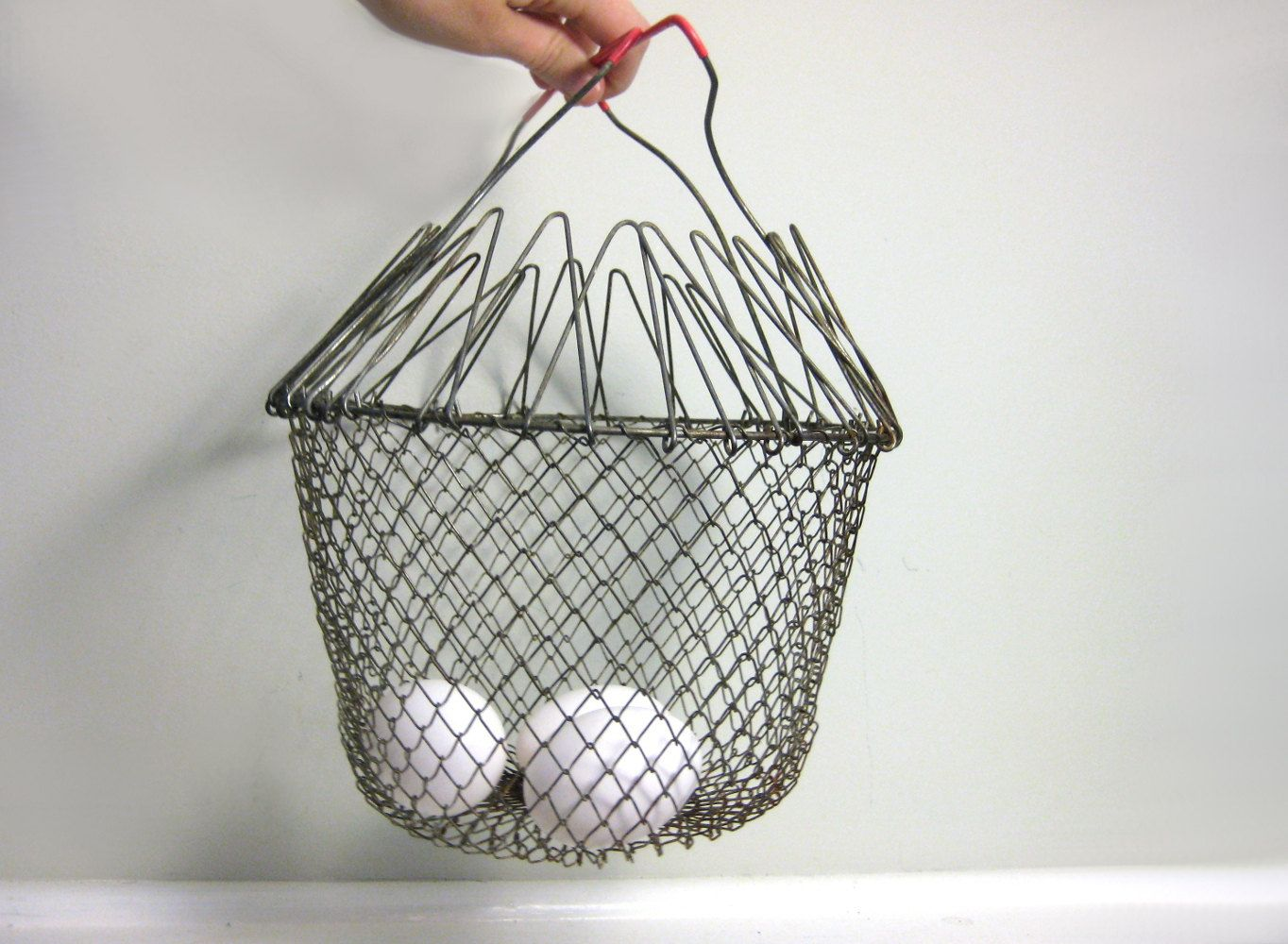 Vintage Wire Egg Basket Collapsible Metal Mesh Gathering Basket Farmhouse Rustic Cottage Chic Hanging Plante Wire Egg Basket Vintage Hanging Flower Baskets