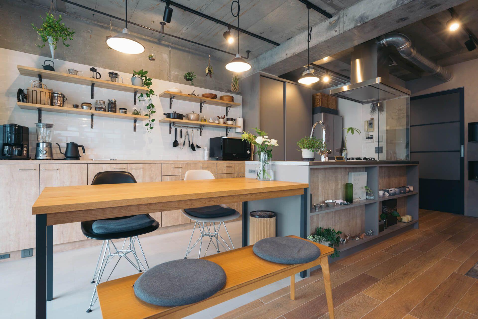 オープン収納にグリーンが映える Mi さんのアイランドキッチン