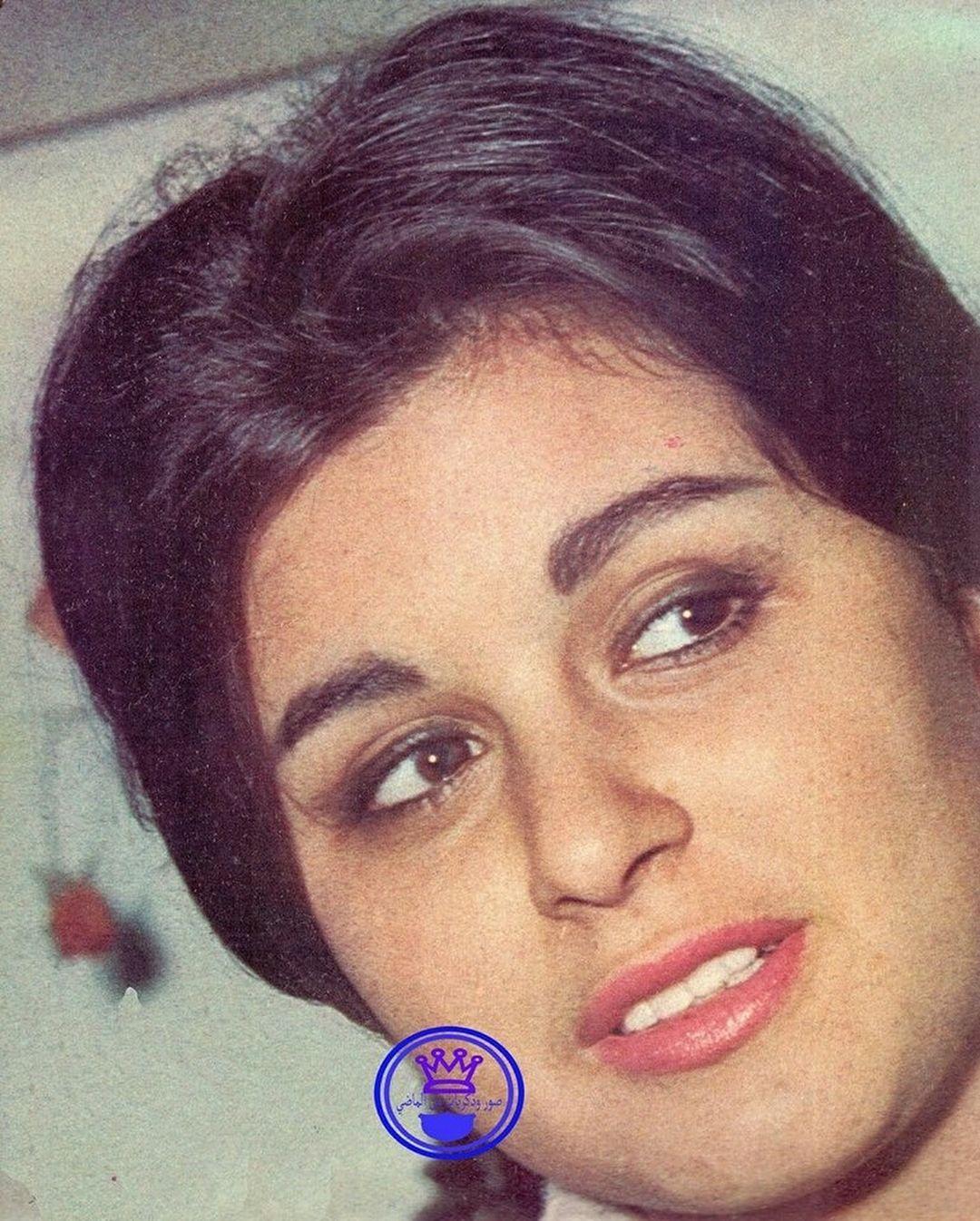 المكياج الايقوني لـ سعاد حسني كان يتمركز بشكل اساسي على العيون و إبرازها بخط الايلاينر السميك و الرموش الاصط Egyptian Actress Egyptian Movies Egyptian Beauty
