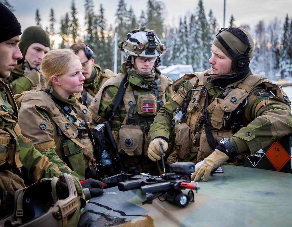 jeg går i militæret.  blev inspireret nye info på tv. piger i trøjen. stefanright.
