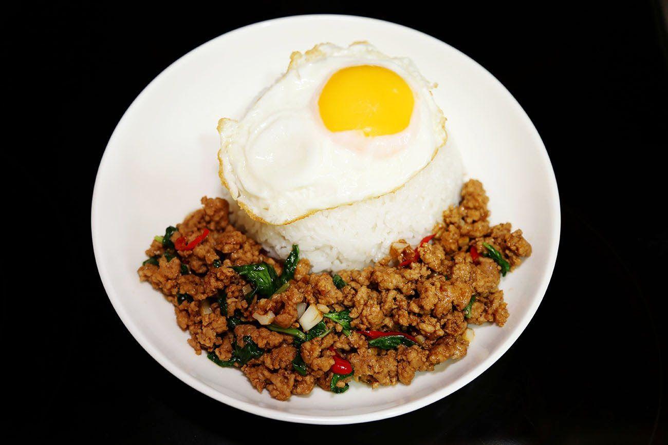 กระเพราหมูสับไข่ดาวราดข้าว - Stir-Fried Minced Pork with ...