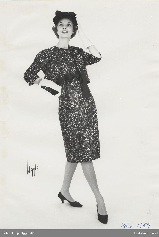 Original Balenciaga. Vår 1959. Modell i klänning och kort jacka av tryckt  bomulsspiké i svart och vitt 54515c202f813