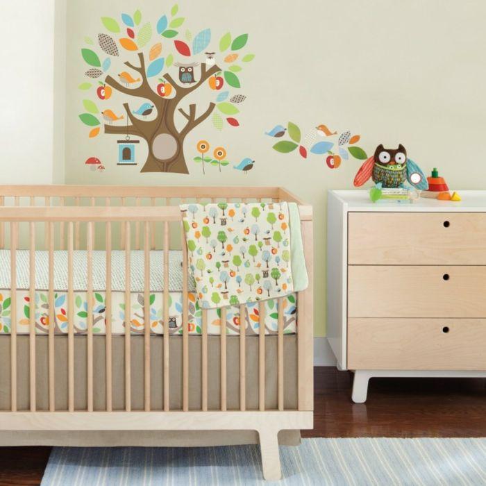 Babyzimmer Grau Rosa Ideen Beige Hölzerne Möbel Babybett Und Schrank Mit  Schubladen Bunte Baum Deko Wandtattoo