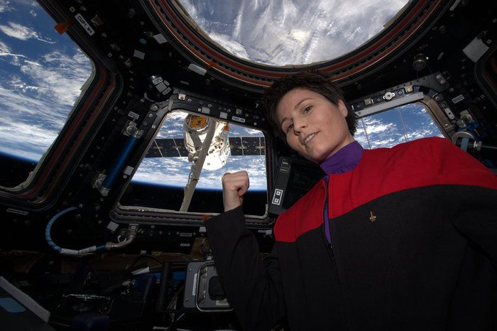 Space in Images - 2015 - 04 - Samantha with new Dragon arrival