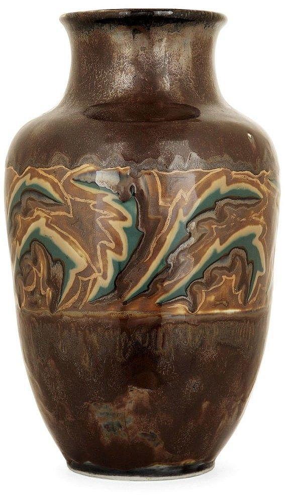 Camille THARAUD (1878-1956) - Vase tronconique en porcelaine, décor d'une frise géométrique, émaux beige rosé et bleus sur fond brun jaspé. Haut. 15 cm