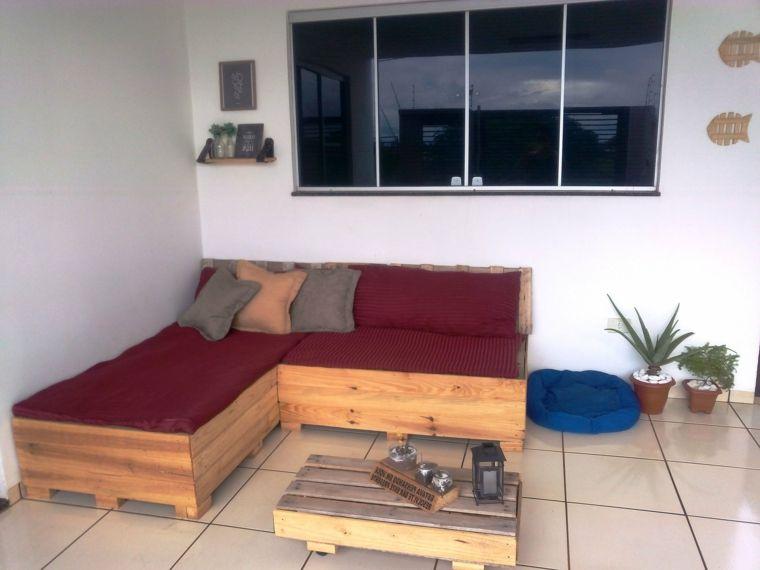 Pareti Soggiorno Bordeaux : Soggiorno arredato con dei divani con bancali completi di