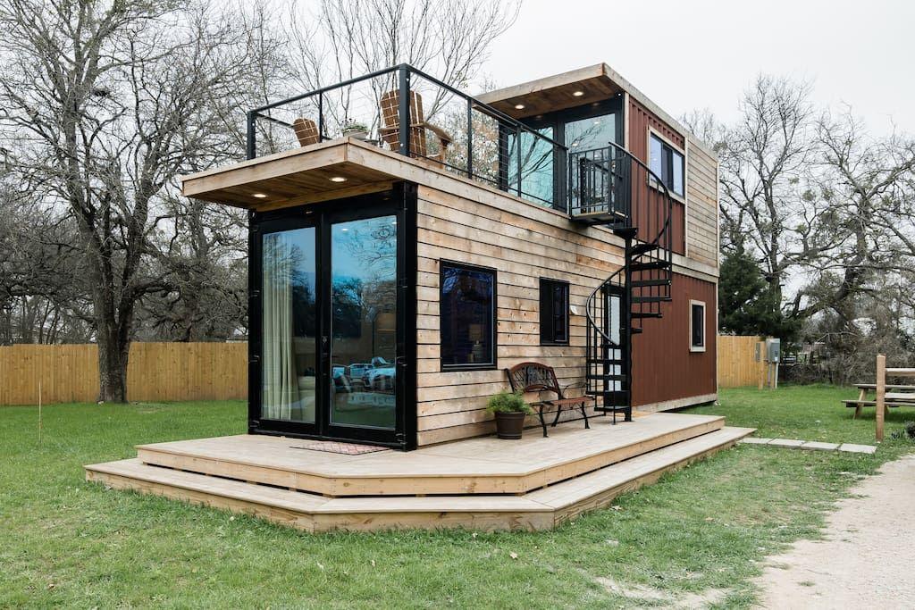 The Helm—2 Story Container Home close to Magnolia Market Kleine Häuser zur Miete in Waco Texas Vereinigte Staaten