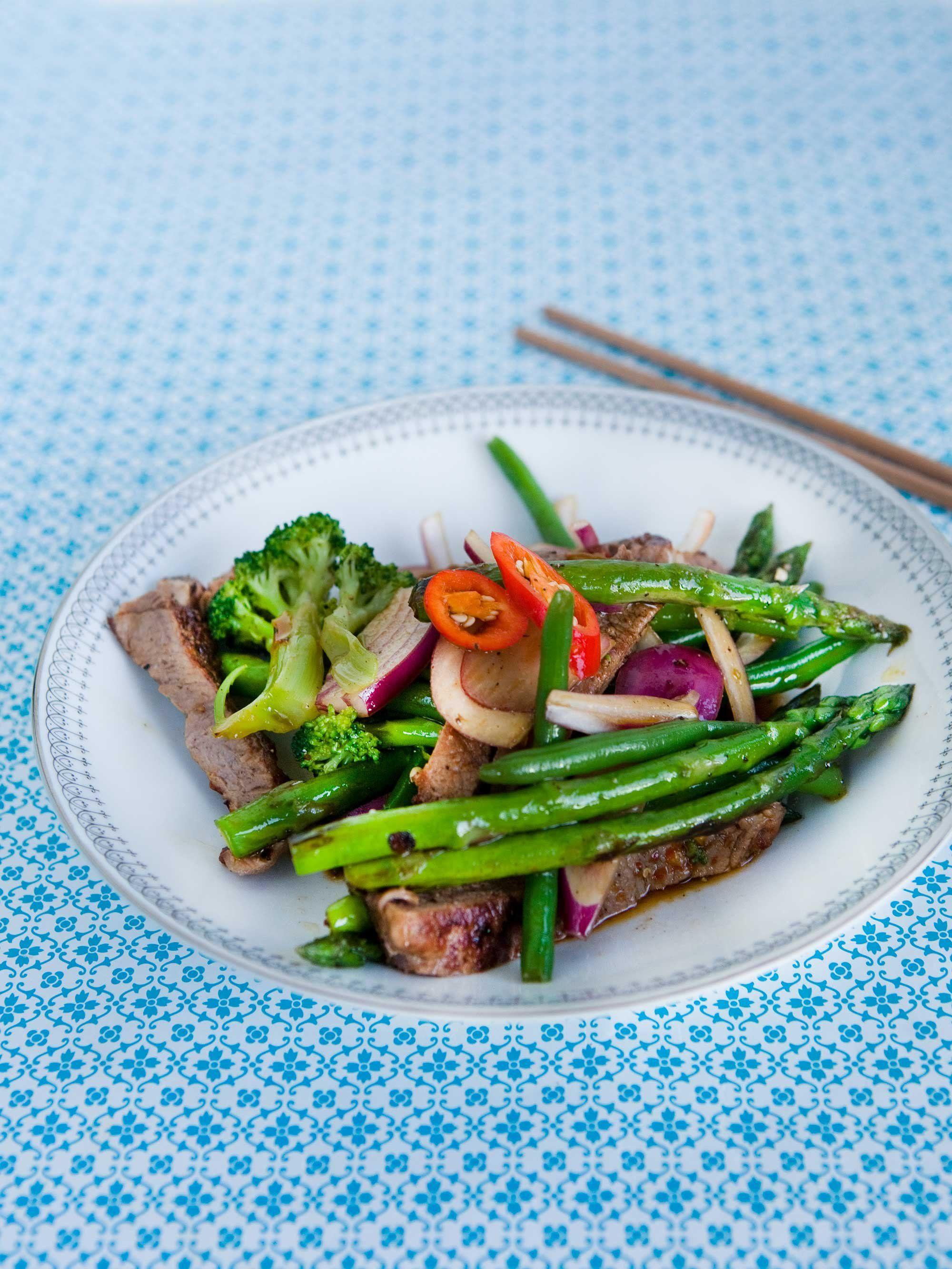 Lynstegt oksekød med asparges og chili Aftensmad på ingen tid! Lynstegt oksekød med asparges og chili kan serveres med dine ynglingsgrønsager men asparges passer særdeles godt til bøffen.  SlankeDoktor.dk