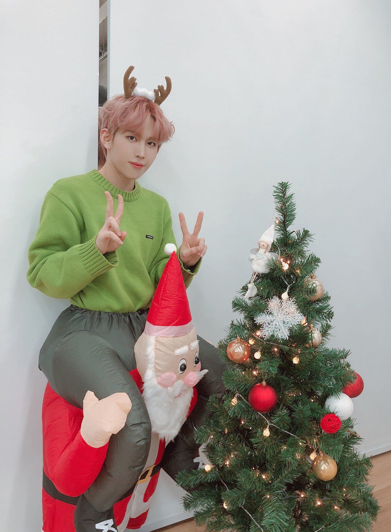 Bae173 Member On Twitter 영서 같이 사진 찍기 힘든 산타할아버지 Bae173 비에이이173 Youngseo In 2020 Christmas Ornaments Novelty Christmas Holiday Decor