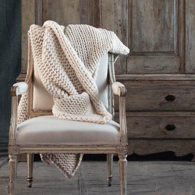 Tricoté manuellement, ce plaid est en 100% laine d'agneau. Chaleureux à souhait et d'une grande souplesse, il saura se faire indispensable pour paresser dans votre canapé confortablement lover. 125 x 165 cm. 540 euros Nina Ricci Maison