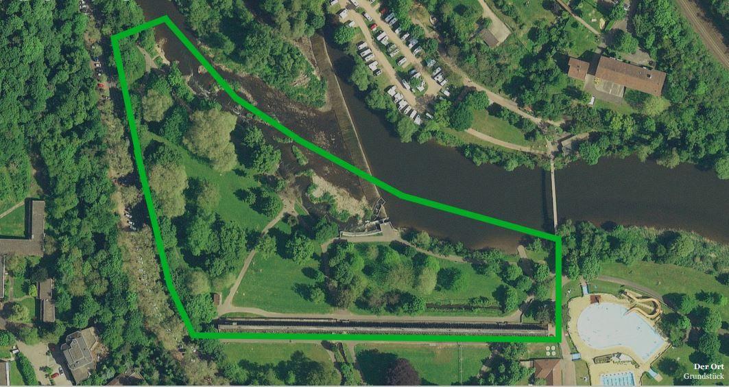 Das Grundstück unten rechts befindet sich das Schwimmbad