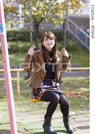 bff8ca70b7299 秋景色の野外とブランコに座る若い女性の写真素材(No.9052611)。写真素材 ...