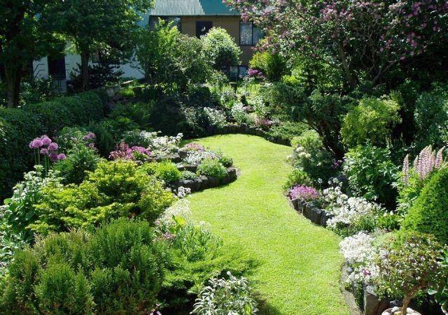 Einige Hinweise Wie Sie Den Kleinen Garten Zum Wohlfuhlort Verwandeln Garten Schmaler Garten Garten Ideen Gestaltung Vorgarten