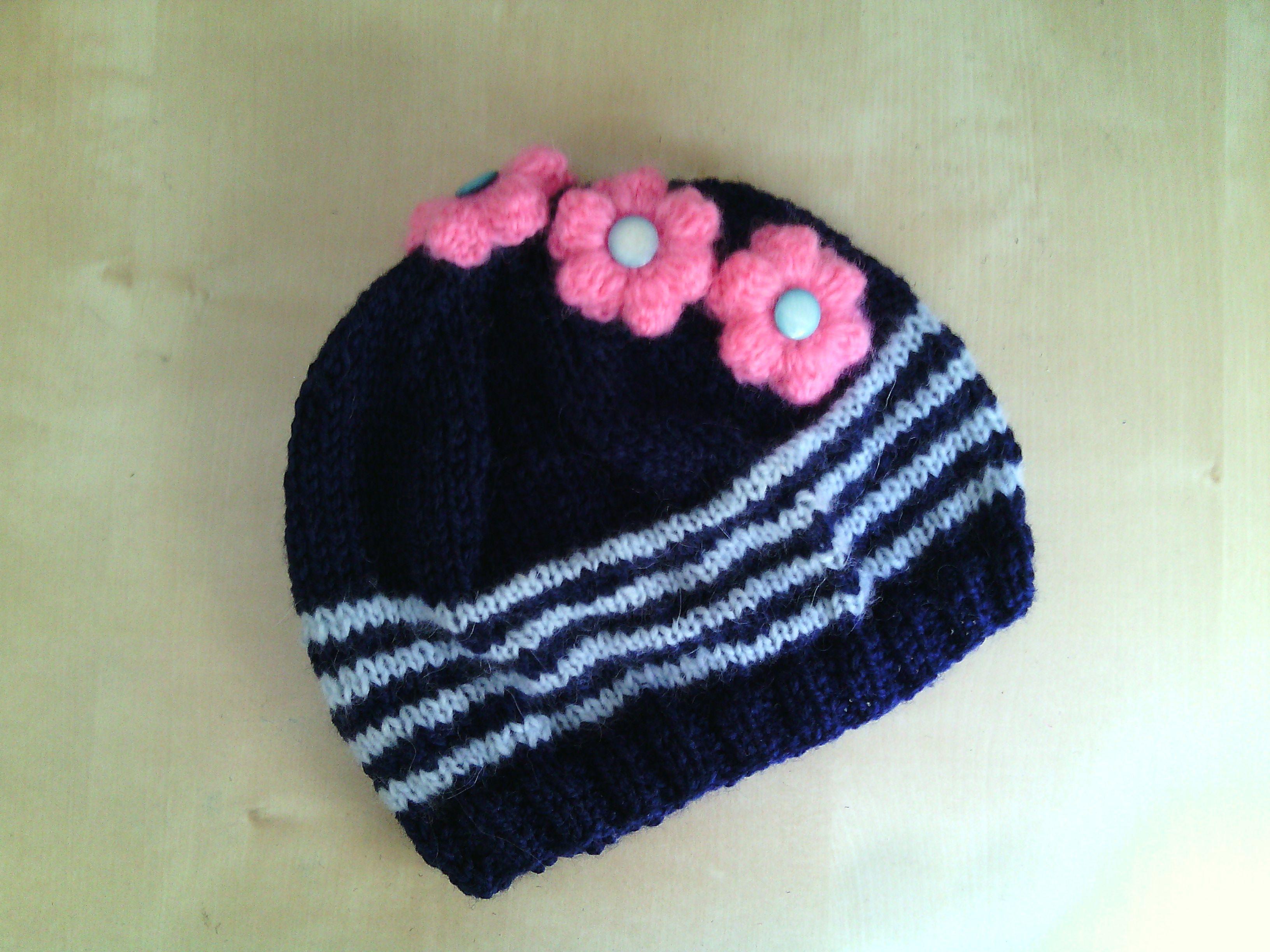 berretto all uncinetto per bambina in lana con fiori ec415a9d57a4